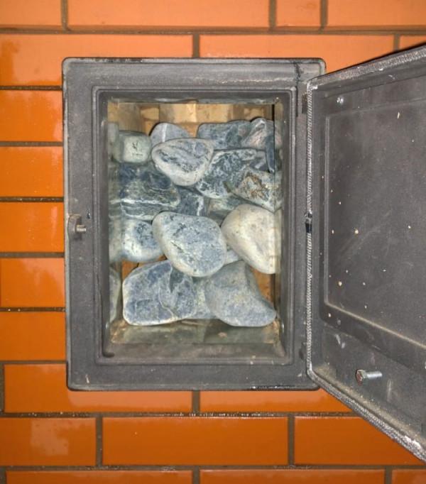Это рабочая дверца в банной печи-каменке, куда плещут воду на камни