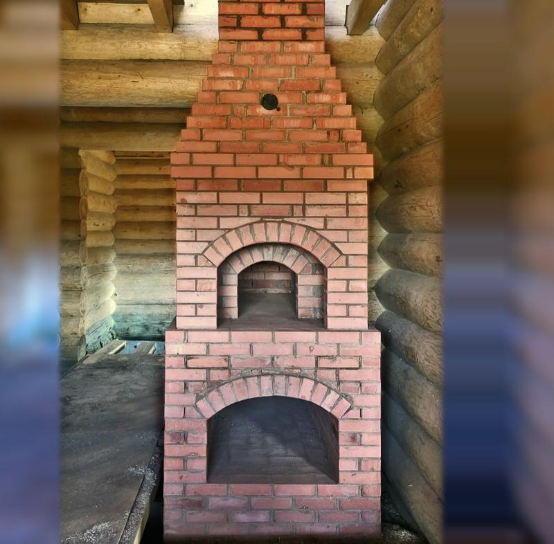 Русская (камерная) печь в гостиной загородного дома.